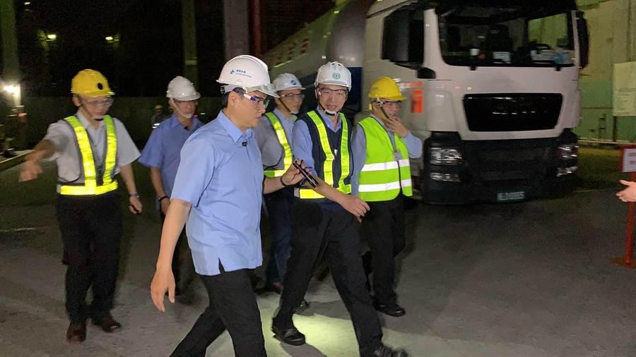 高雄市長韓國瑜23日夜宿大林蒲石化工廠,與勞工朋友夜談。(柯宗緯攝)