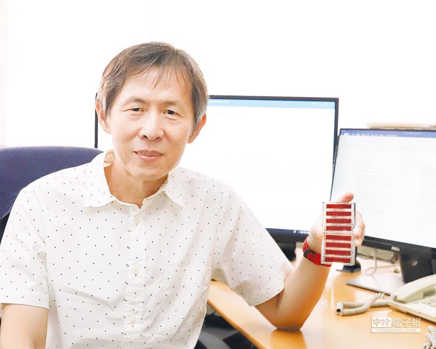 成功大學化工系李玉郎教授應用於染料敏化太陽能電池的可印刷式電解質及其應用技術,吸引太陽能電池產業界矚目。圖/成功大學技轉育成中心提供