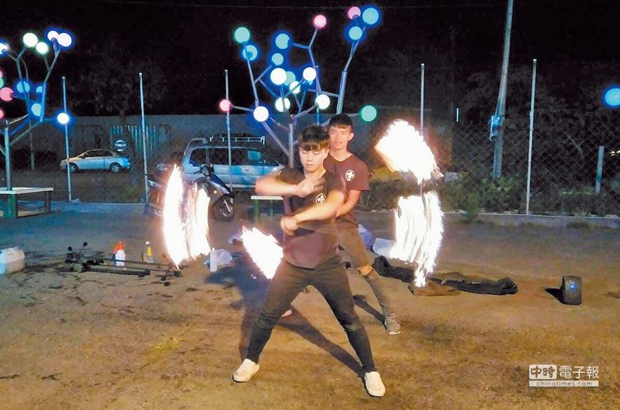 屏科大學生吳旻灃(後)與何羿德在夜市演出共舞,瞬間吸引路人目光。(林和生攝)