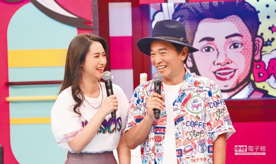 吳宗憲(右)與女兒Sandy主持《小明星大跟班》,卻屢被問時事題。