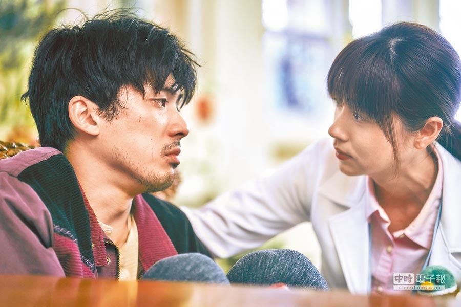 林哲熹(左)飾演的應思聰發病,在林予晞飾演的社工師宋喬平安撫後,恢復平靜。