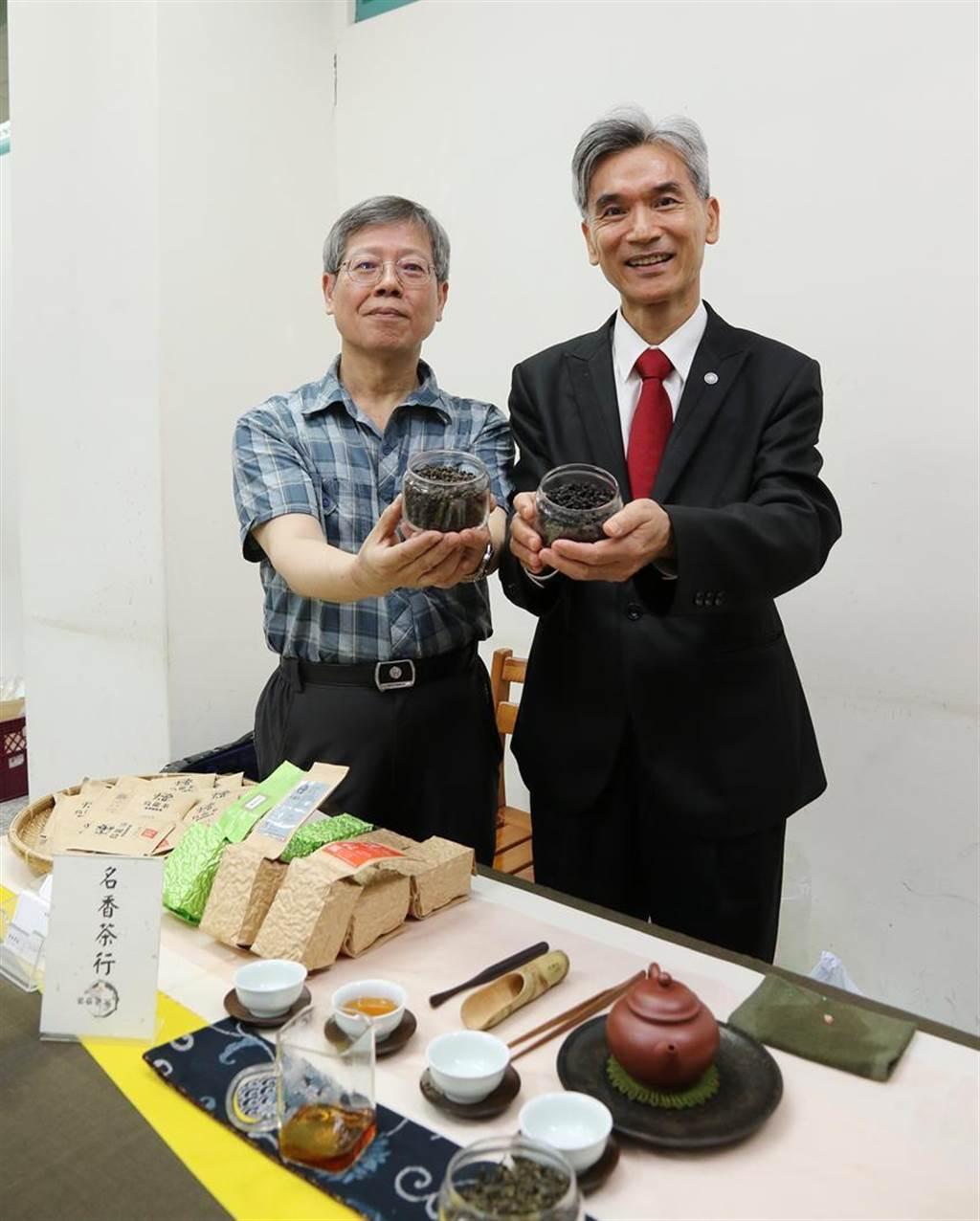 (中興大學校長薛富盛(右)24日和該校生物科技學研究所曾志正教授(左)共同發表「四季春」茶葉中,含有「茶飢素」(teaghrelin)成分。圖:興大提供)