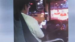太離譜!公車司機開車用手機 還嗆乘客