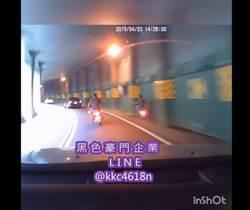 騎車轉頭與鄰車聊天 騎士轉彎自撞隧道牆面