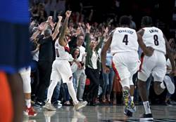 NBA》好狂!利拉德朝雷霆板凳席揮手告別