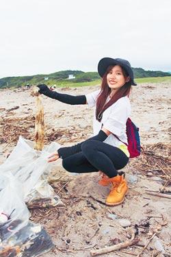 吳汶芳慶生淨灘清50袋垃圾