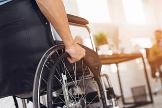輪椅男靠補助撈百萬 一出國就能站