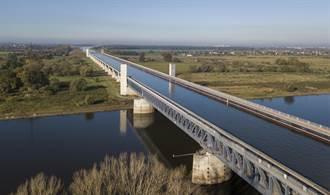 這橋超神奇 船在橋上駛車在水下行