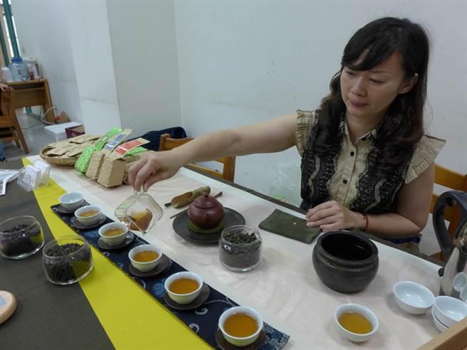 台灣四季春茶葉產量大,卻因苦澀味重、價格低廉,但經反覆烘焙等製程後,大幅提升經濟價值。(林欣儀攝)