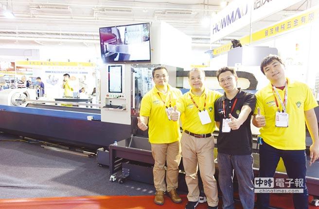 皓茂總經理鄭凱嶺(左一)率領堅強的行銷團隊,在三卡盤雷射割管機前合影。圖/黃俊榮