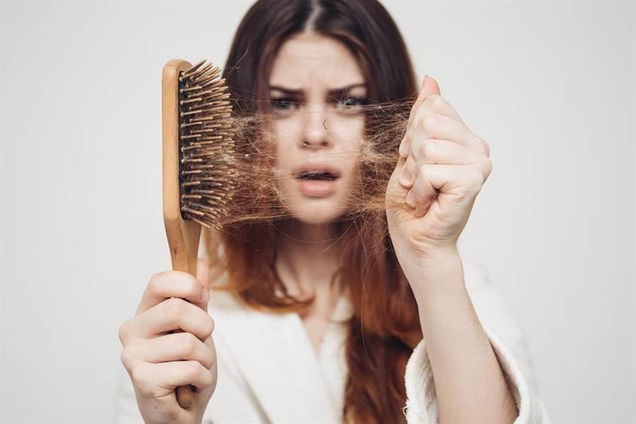 他蒐集長髮妹一個月的「真實掉髮量」網友全看傻了。(圖/達志影像)