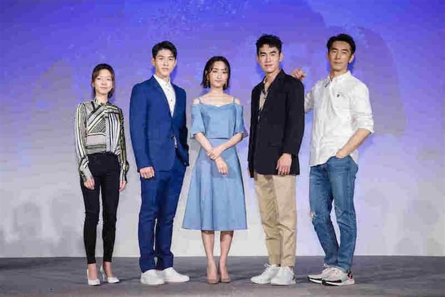 左起陈妤、吴岳擎、柯佳嬿、张书豪、李李仁。