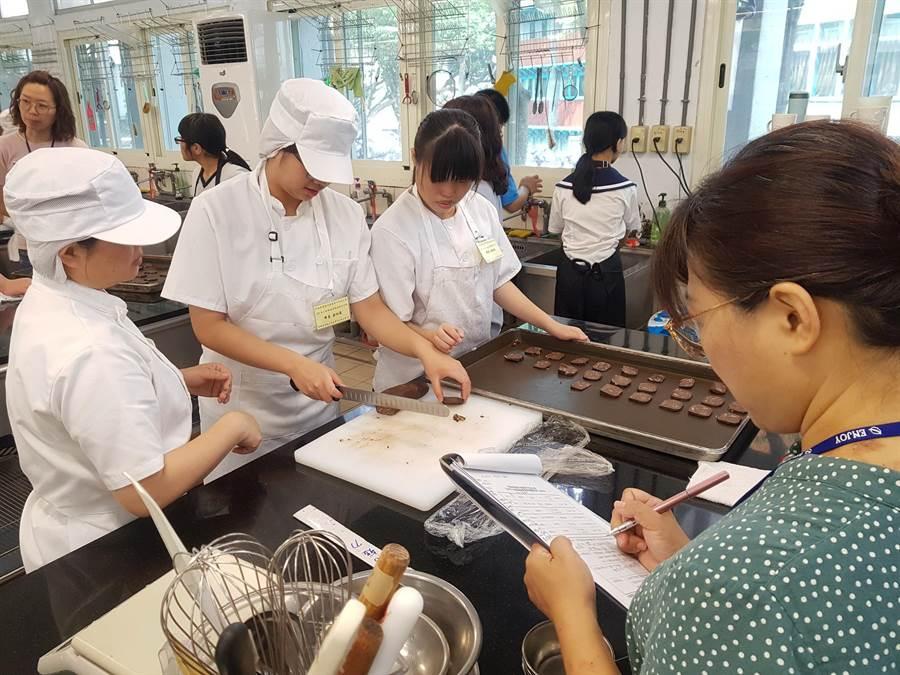 勞動力發展署中彰投分署為慢飛天使學員,提供烘焙體驗發掘職業興趣。(盧金足攝)