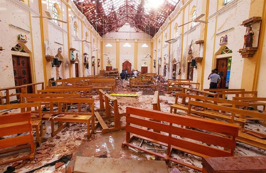 斯里蘭卡連9爆,聖戰團體伊斯蘭國(Islamic State)23日公布8名自殺炸彈客畫面,聲稱是背後主使者,如今美媒披露,印度早就抓到了訓練炸彈客首腦的極端分子,並將情資透露給斯國。圖為此次連化爆炸案中受創最重的聖塞巴斯提安(St Sebastian's)教堂。(圖/路透社)