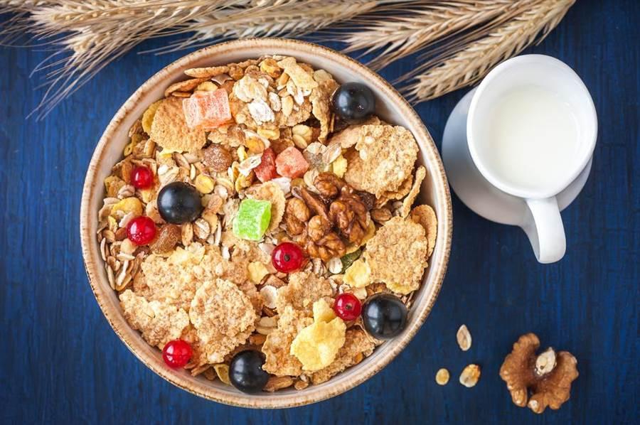 研究指出攝取全穀類膳食纖維能保護消化道、促進排便,還能有助降低腸癌、胃癌、食道癌、口腔癌等多種癌症風險。(圖/達志影像)