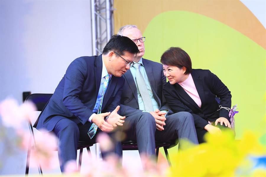 台中市長盧秀燕(右)與交通部長林佳龍(左)在台上短暫悄悄話,中間隔著AIPH會長Bernard Oosterom。(王文吉攝)