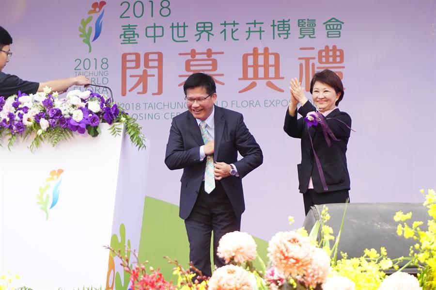 台中市長盧秀燕(右)特別起身迎接交通部長林佳龍(左)致詞。(王文吉攝)
