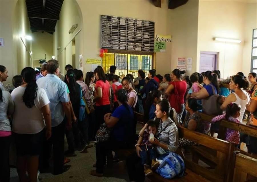 巴拉圭醫院人滿為患,病人看病得花上4小時,且不一定領得到藥。(國泰醫院提供)