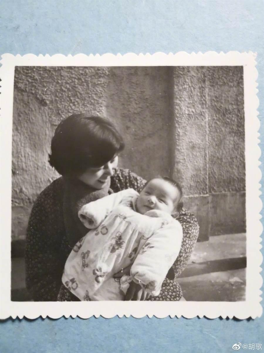 胡歌分享幼時跟媽媽合影。(圖/翻攝自胡歌微博)