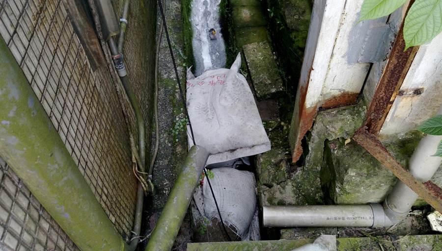 環保局現場派員圍堵汙染源,並令油漆業者負起清理改善之責。(葉德正翻攝)