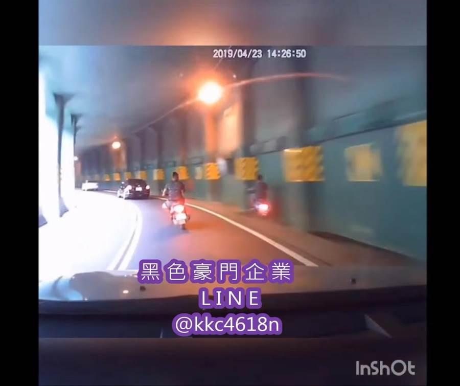 機車騎士顧著與朋友聊天,未注意到明隧道裡有彎道,不慎撞上隧道壁而送醫。(圖/翻攝自臉書)