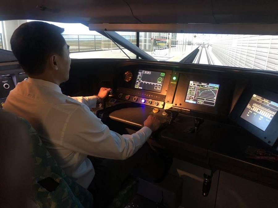 (台灣高鐵24日展示與中科院共同合作開發的新式列車駕駛模擬機。圖:陳昱光)