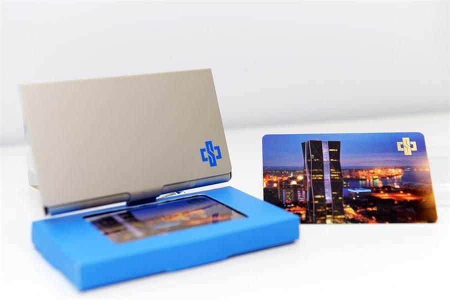(中鋼今年股東會紀念品為「卡幸福儲卡鋁盒,內含50元一卡通儲卡。圖:中鋼提供)