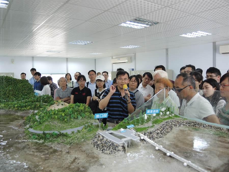 北水資源局將阿姆坪防淤隧道工程製作成等比例模型,讓民眾對於清淤工作一目了然。(邱立雅攝)