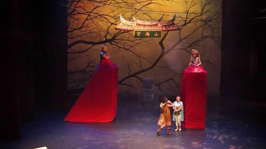 阮劇團《熱天酣眠》改編自莎士比亞作品,原劇裡仙王仙后鬥嘴的場面,變成台灣民間信仰土地公和媽祖擬人化的鬥嘴橋段。(摘自阮劇團演出片段)
