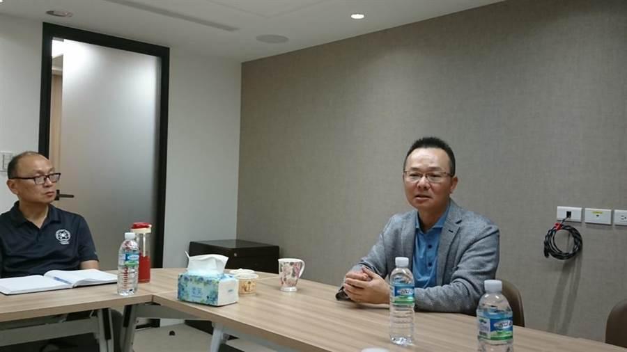 上任將滿周年,高協理事長王政松(右)暢談高球發展的願景,左為秘書長劉重威。(廖德修攝)