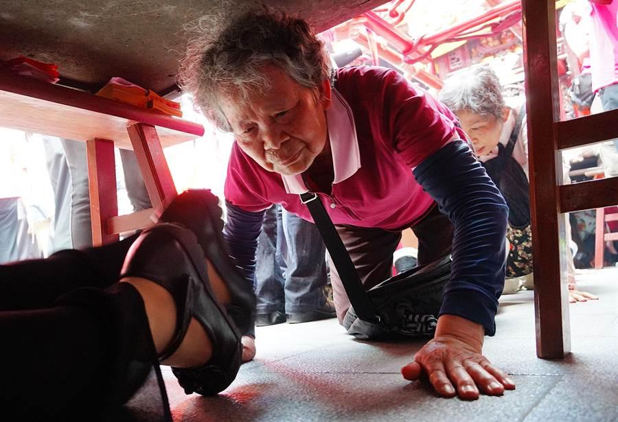 有百年歷史的旱溪媽祖遶境十八庄活動,24日中午起繞境台中市南屯區,信徒把握機會鑽轎腳。(黃國峰攝)