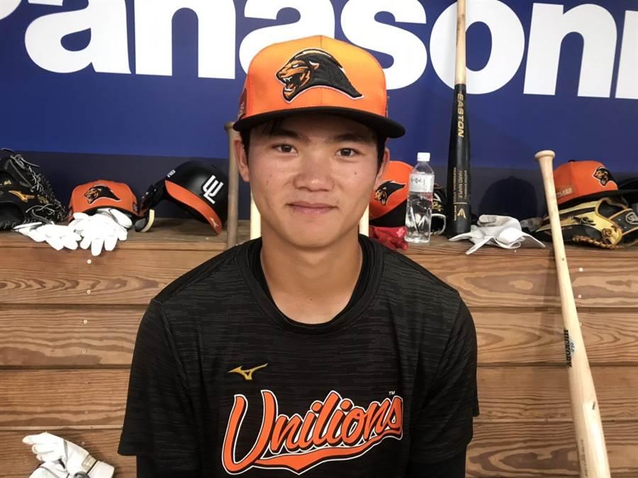 統一獅年僅18歲的林靖凱24日升上一軍,是目前四隊一軍最年輕的球員。(鄧心瑜攝)