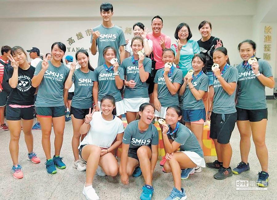 三民高中女網隊今年全中運火力全開,以2金勇奪全中運高女網球總錦標第一名。(高市教育局提供)