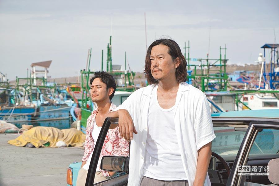 妻夫木聰(左)及豐川悅司兩人到花蓮港拍片取景。
