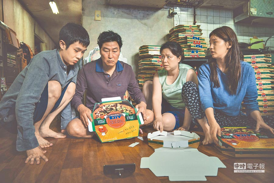 崔宇植(左起)、宋康昊、張惠珍、朴素丹在片中飾演窘迫的一家人。