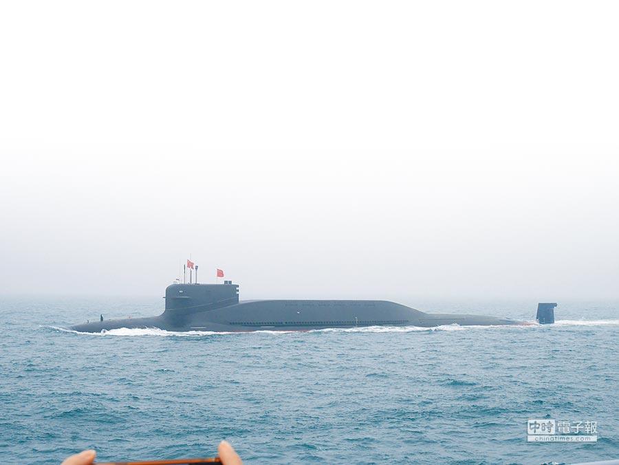 中共解放軍海軍23日舉行海上閱兵,潛艇艦隊打頭陣的核潛艦「長征10號」。(記者陳君碩攝)