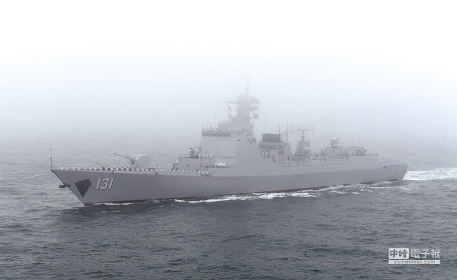 「太原」號飛彈驅逐艦接受檢閱。 (新華社)
