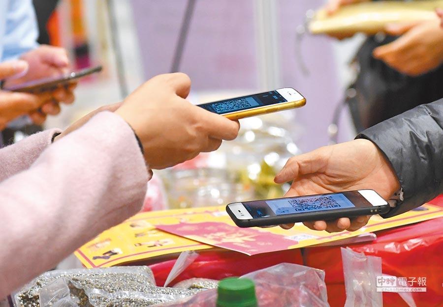 跨境電商串起網上絲綢之路。圖為2018年1月26日,廣西電商年貨節參展商和消費者掃碼準備網上交易。(新華社)