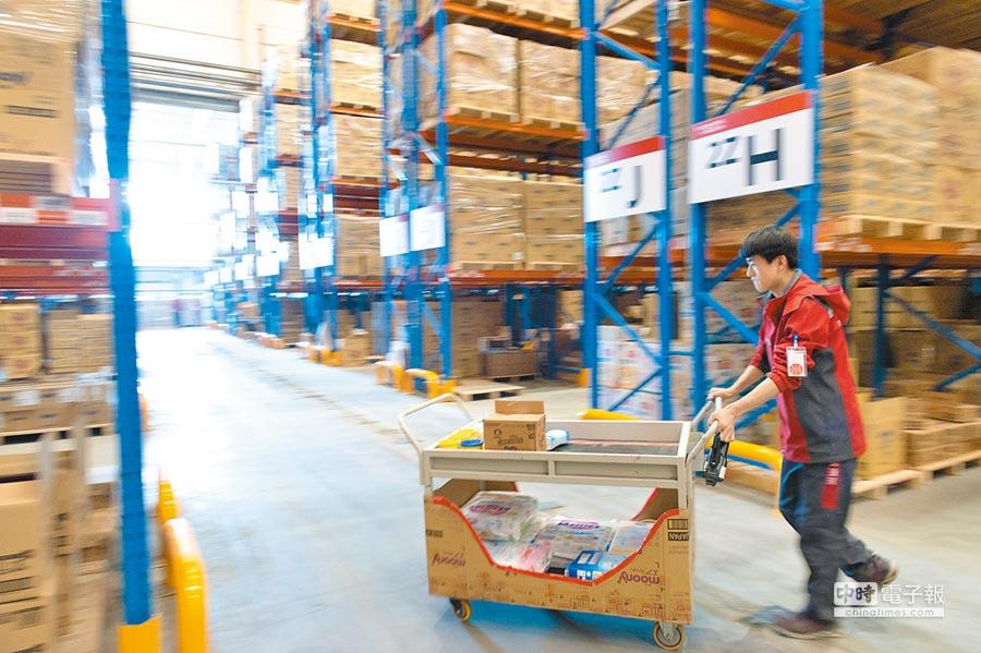 2017年4月28日,一名員工在京東天津保稅倉分揀貨物。(新華社)
