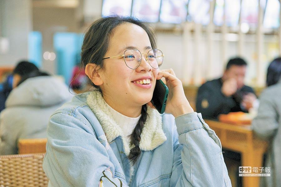 阿里司法拍賣平台上,目前已有超過600個手機號碼被拍賣。圖為南京民眾正在講電話。(新華社資料照片)
