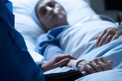 婦車禍昏迷27年 聽兒爭吵聲甦醒