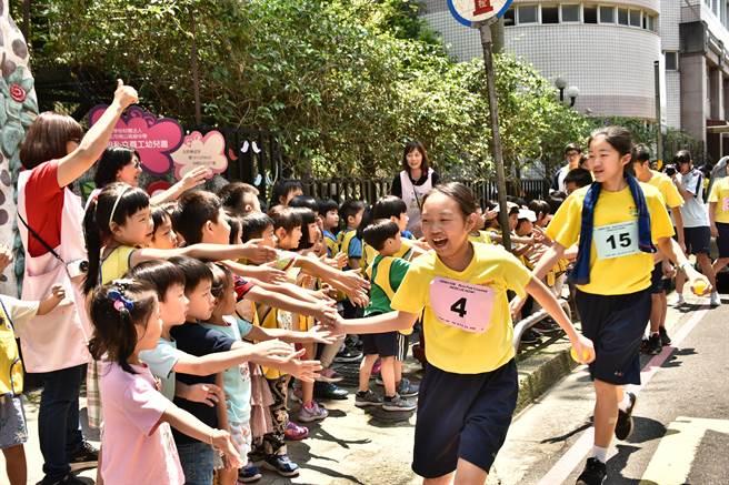 新北市南山中學於25日舉辦「搶救脆弱兒童!為改變而跑 Run For Change RESCUE NOW!」飢餓體驗DIY路跑活動。(葉書宏翻攝)