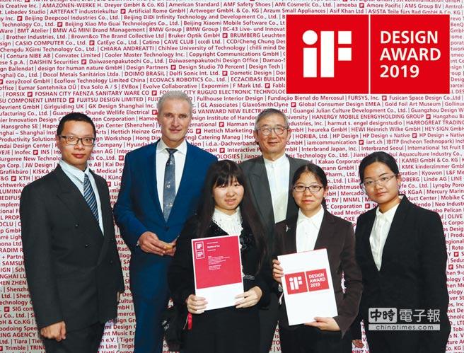 iF總裁威格曼(左二)恭賀致理科大得獎團隊。圖/致理提供