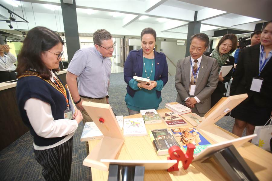 宏都拉斯第一夫人叶安娜肯定静宜大学优美的校园环境及软硬体设备。静宜校长唐传义说,未来考虑在宏都拉斯设立静宜分校!