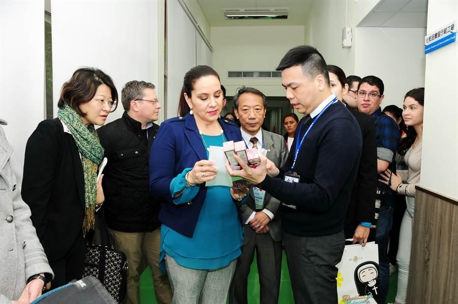 宏都拉斯第一夫人叶安娜参访静宜大学,肯定该校通过国际化粧品认证,也是台湾最具规模、符合GMP规范的「化粧品实习示范工厂」。