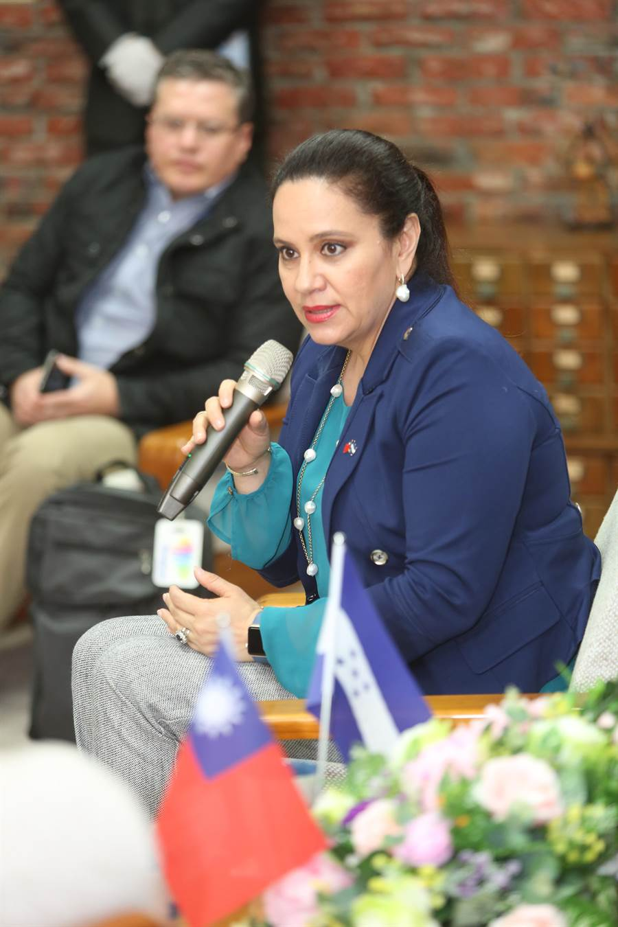 叶安娜说,宏都拉斯也是全球第五大咖啡生产国,希望能与静宜大学合作,结合高品质的原物料优势,将咖啡商品推向国际市场,带来更大商机。