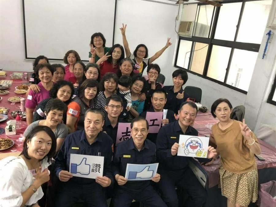 台中市政府警察局第六分局何安派出所志工媽媽們,為慶祝歡迎新任分局長就任及體恤員警執勤辛勞,特別舉辦1人1菜活動。(陳世宗翻攝)