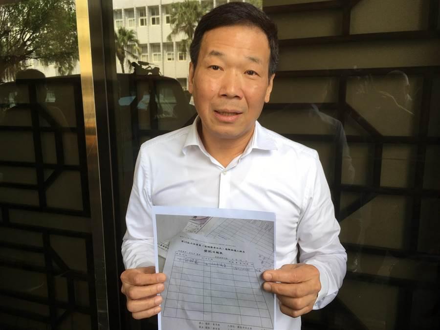 台北市議員鍾小平決定脫離國民黨,改支持台北市長柯文哲選總統。(張孝義攝)