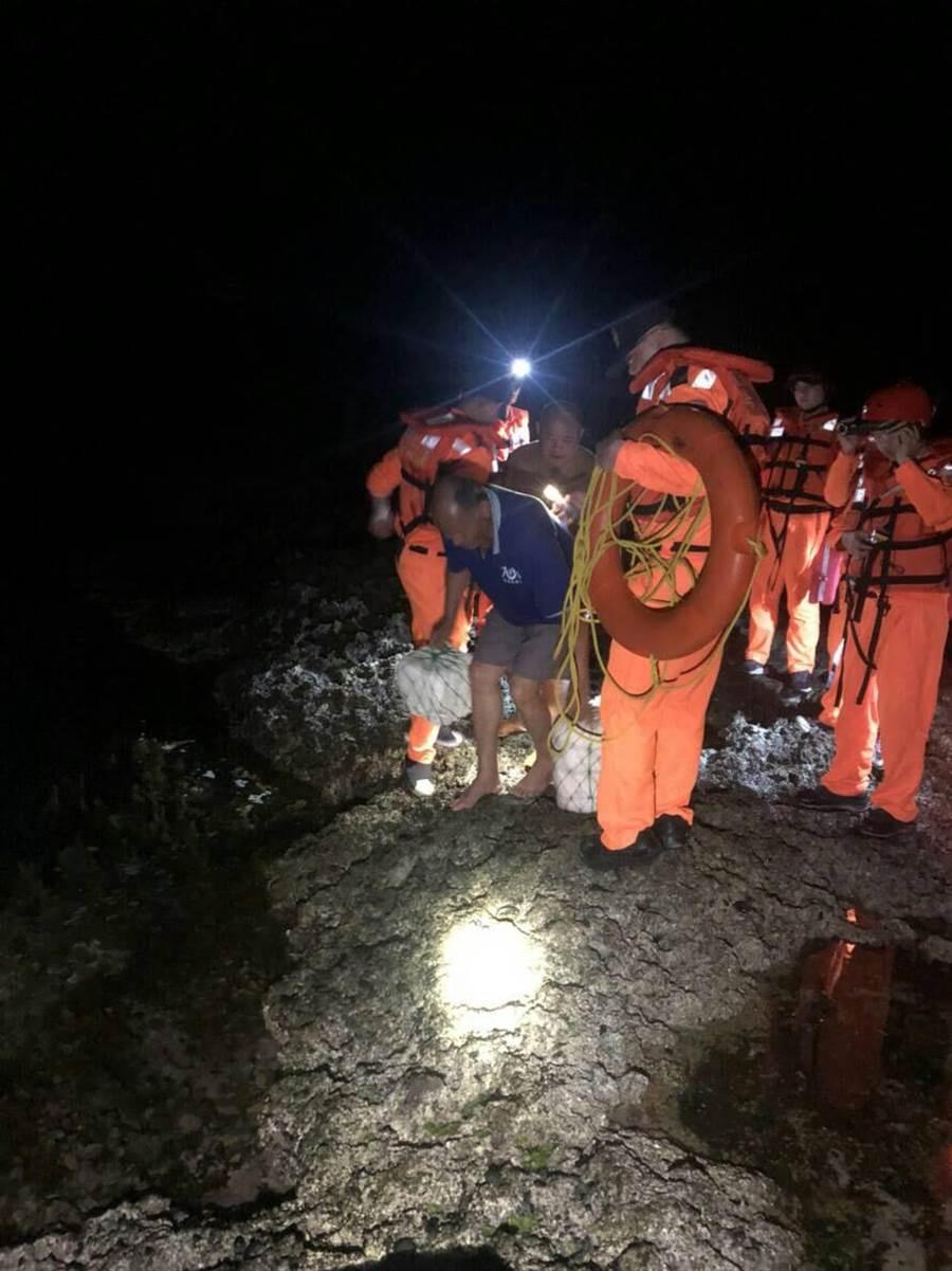 花蓮豐濱鄉1艘漁船觸礁翻覆,兩名落海漁民獲救。(許家寧翻攝)