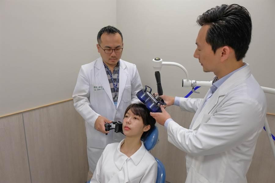 中國醫藥大學新竹附設醫院引進治療憂鬱症的「經顱磁刺激術(TMS)」,神經內科主任陳睿正(右)和精神科醫師周伯翰(左)均稱治療改善率有6到7成。(羅浚濱攝)